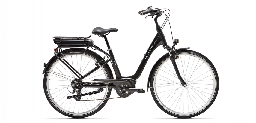 vélo électrique de ville Peugeot eC02 D8 sur fond blanc