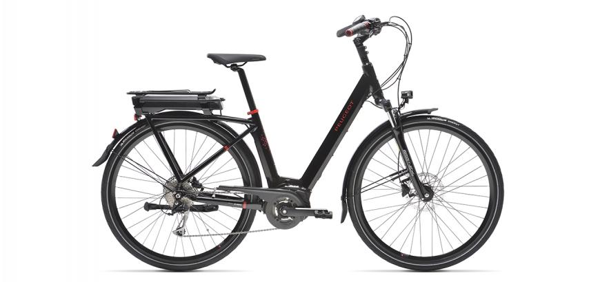 Vélo de ville électrique Peugeot eC01 D9 sur fond blanc